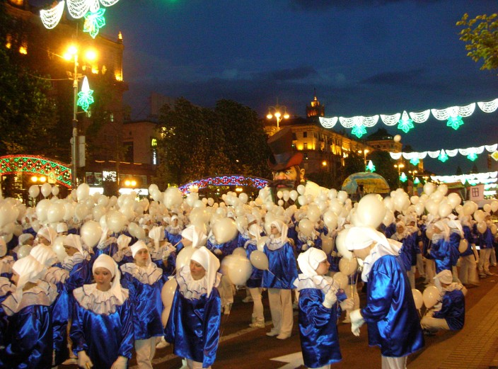 March of the white balloon girls, Krischatyk Street