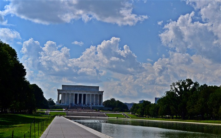 The Lincoln Memorial from alongside the reflecting pool